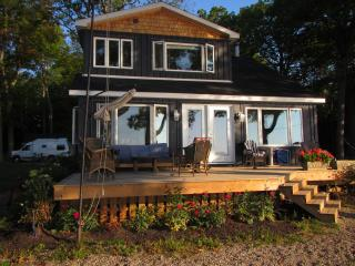 Relaxing Private Waterfront Home + Sleeping Cabin, Gananoque