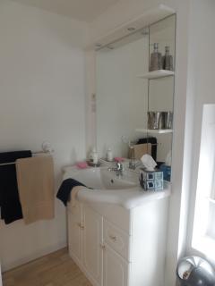 Salle de bain avec évier