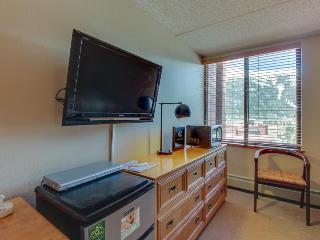 Cozy Efficiency in Village Square near slopes w/shared hot tub!