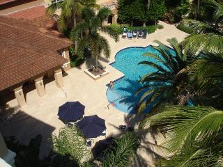 Spacious Condo in Lush Surrounding with Huge Pool, Aventura
