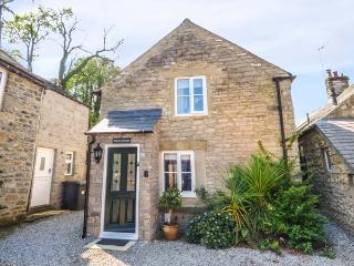 HOPE COTTAGE, en-suite, woodburning stove, enclosed garden, parking, in Castleto