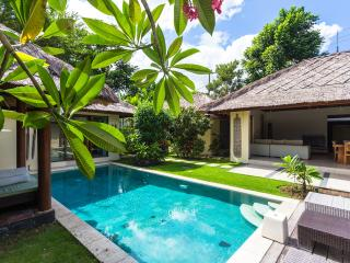 Traditional Semi Modern Private Pool Umalas Villa, Kerobokan