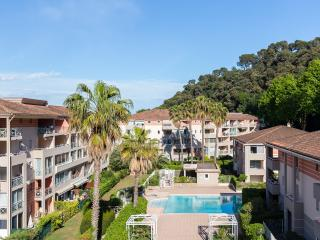 Bright 1 bedroom apartment in Côte d' Azur complex with balcony and pool access, Cagnes-sur-Mer