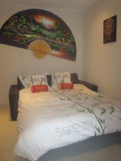studio meublé décor asie avec linge de maison.