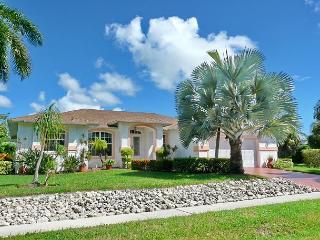 Inviting home in quiet neighborhood w/ heated pool & short walk to Beach, Isla Marco