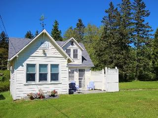 Neat as a pin cottage with beautiful views and minutes to Port Clyde Village, Rockland