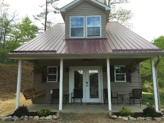New Cottage close to Asheville. Views, Hot Tub, Weaverville
