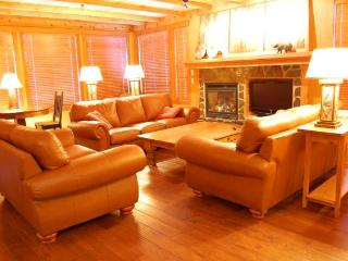 Big White Copper Kettle 3 Bedroom Premium Condo with Hot Tub