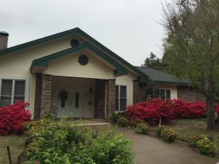 Relaxing getaway, large back porch, outdoor fireplace, near the lake and river,