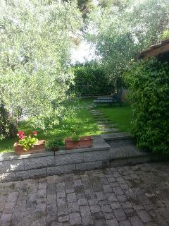 Vista giardino con chaises longues