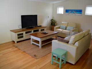 Walk to the beach! Modern 4-bdrm Town House, Dunsborough