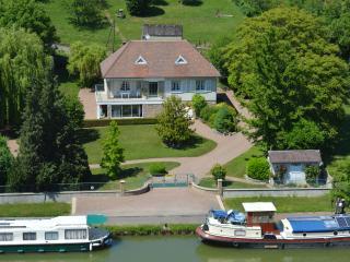 Villa Castel Danynou aboard the Canal du Nivernais, Cercy-la-Tour