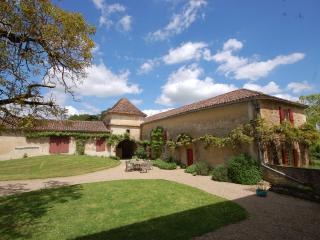Lovely 2 bedroomed cottage with swimming pool, Larressingle