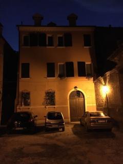 facciata palazzo di sera