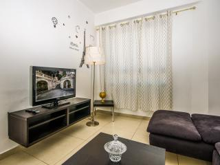 Sea of Ginosar City Center 2BR, All the Comforts, Tiberias