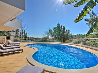 Contemporary Beach Villa with WiFi, Salema