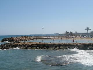 Modern apartment close to the beach & restaurants. WIFI and clima available
