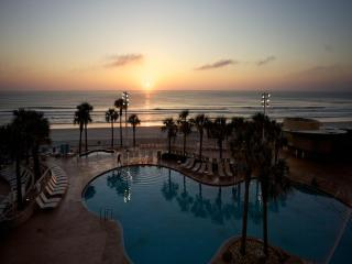 BeachFront 2 bed - 4 min from Lagoon Waterpark,w/ Direct beach access & 4 pools