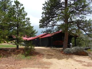 The Bunkhouse at Old Man Mountain - walk to town, mountain views, 1 acre., Estes Park