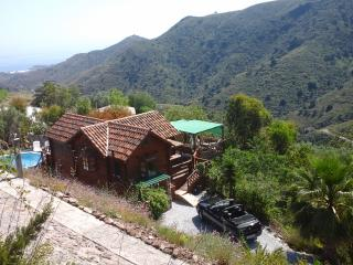 Unique wooden house, sleeps 8, swimming pool, wifi, Sayalonga