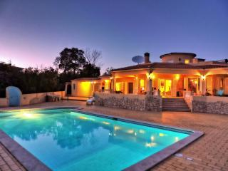 380m², 4 bed / Villa with pool and 9000m² garden, Lagoa