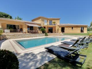 Large villa with a pool by the beach, Grimaud