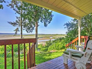 'Tide-Over Flats Beach' Waterfront 3BR Stanwood House w/Wifi, Private Deck & Panoramic Puget Sound Views - Terrific Warm Beach Location! Canoe, Paddle Boat & Rubber Raft Provided!