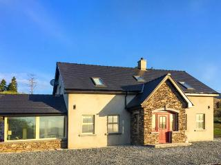 ARDMORE LODGE, detached, solid fuel stove, WiFi, garden, Castlecove and Sneem, R