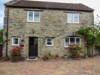 THE COACH HOUSE, country cottage, patio, pretty views, in Henton, Wells, Ref 930