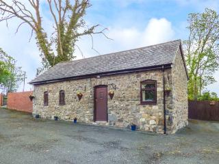 BWTHYN TY NEWYDD, all ground floor, countryside views, hot tub, Welshpool, Ref 931076
