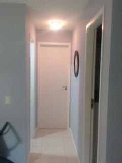 Corredor (à direta quarto solteiro, à esquerda banheiro e à frente suíte)