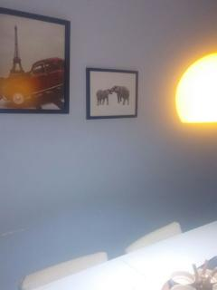 Local na sala de estar que acomodaria dois colchões