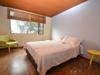 JENNIFER A - 3 Bed Renovated Apartment with wood floors - Quinta Paredes, Bogotá