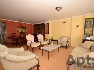 TAMARA - 3 Bed Renovated Apartment with lots of space & balcony - Santa Paula, Bogotá
