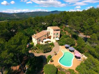 Large beautiful property, heated pool, wifi, parking, Lourmarin, Provence