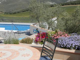 Sleep 2 singles/double, use of pool, heated winter, Loja