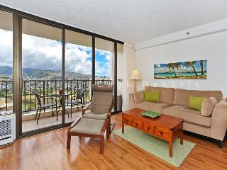 Mountain view deluxe vacation rental, AC, close to beach, WiFi, pool, parking, Honolulu