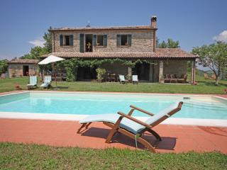 Family holiday villa with pool sleeps 6 plus 2, Montelovesco