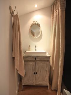 ensuite shower of the pigeonnier (independent studio/room)