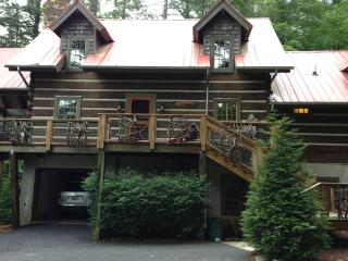 Tree House, log home w/hot tub 500yds to Main St, Highlands