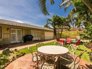 Hale Huna-4bd/3bth house with lovely interiors, tropically landscaped yard, BBQ. Short 10 min walk to beaches.