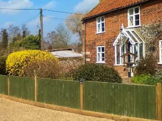 KOSY COTTAGE, welcoming cottage with en-suite bedroom, garden, within easy