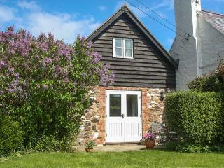 THE OLD WORKSHOP, pet-friendly, character holiday cottage, with a garden in Picklescott, Ref 2176