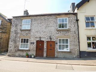 EXCHANGE COTTAGE, family friendly, WiFi, character holiday cottage in Tideswell,