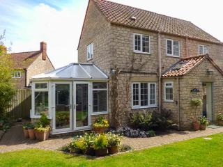 CASTLE VIEW, pet friendly, character holiday cottage, with a garden in Helmsley,