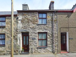 CONGL Y WAL, pet-friendly cottage with garden, woodburner, parking, in Manod