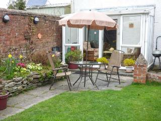 PLASAUDUON, pet friendly, WiFi, character holiday cottage, with a garden in Bish