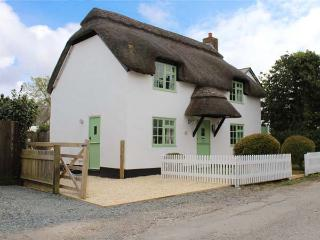 THATCHINGS, thatched cottage, multi-fuel stove, parking, garden, in Stratton, Ref 928534