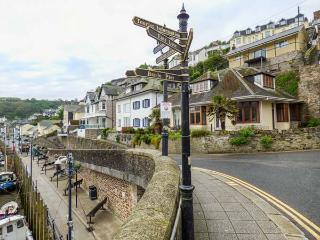 RIVERCREST, open plan cottage with balcony, close to the beach, in Looe, Ref
