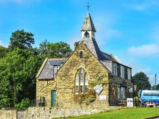 THE OLD SCHOOL HOUSE, first floor apartment, open plan, enclosed courtyard, in Hutton-le-Hole, Ref 932240, Hutton le Hole